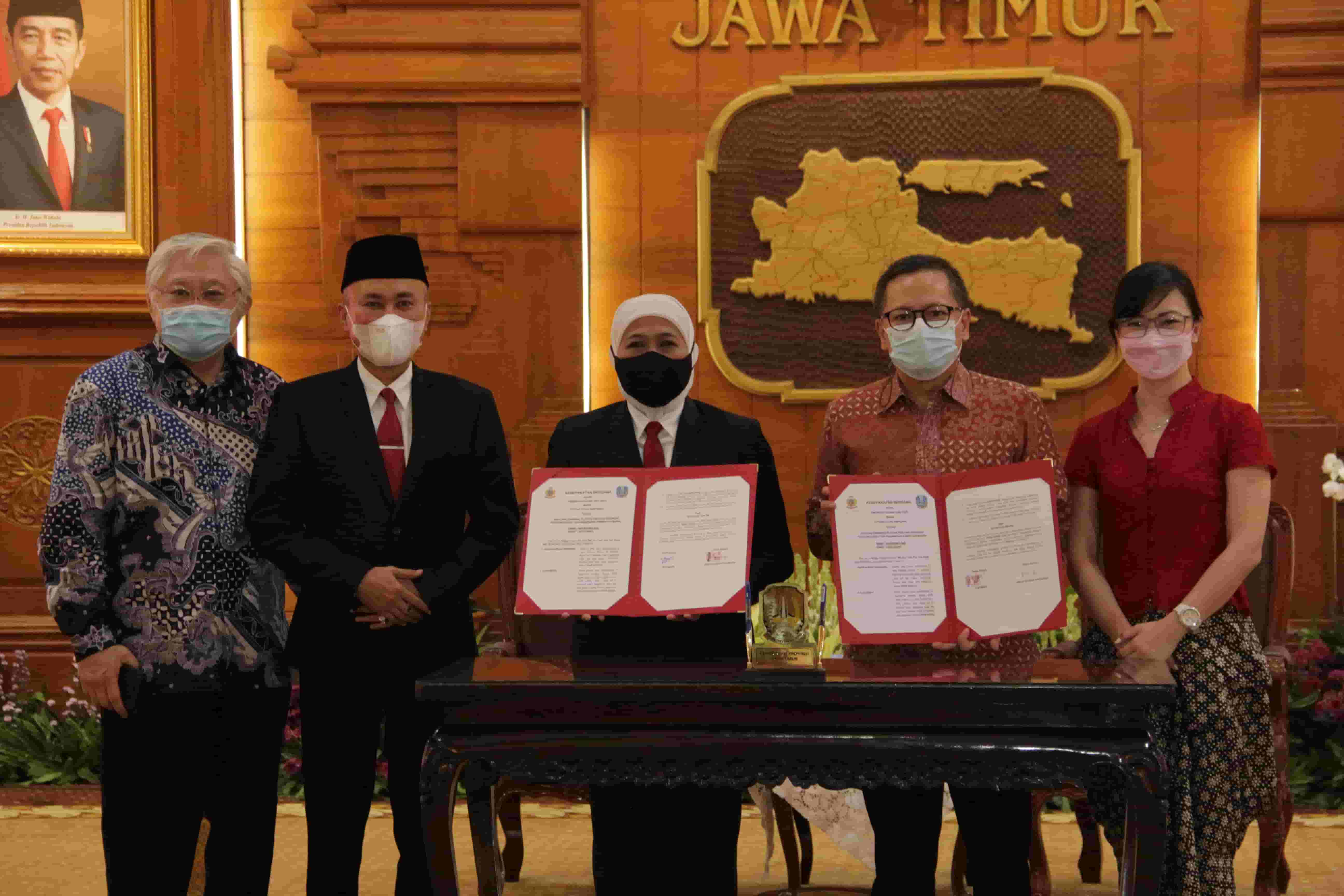Photo Penandatanganan MoU Kerja Sama Provinsi Jawa Timur dengan Guru Binar